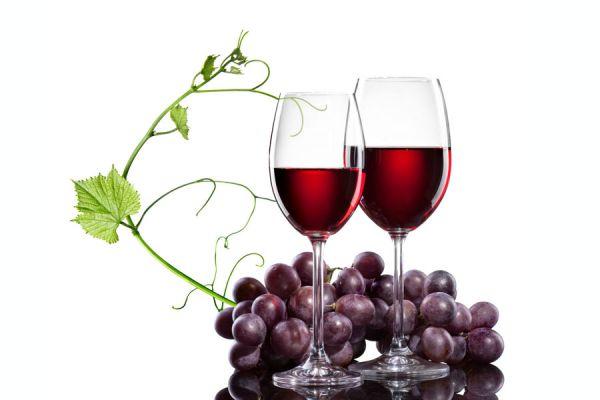 Бокал хорошего натурального красного вина